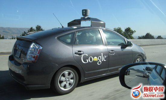 行驶,无需操控,这是由it企业率先开启的无人驾驶时代.开车就像高清图片